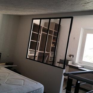 Imagen de dormitorio principal, contemporáneo, de tamaño medio, con paredes blancas y suelo de linóleo