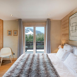 Cette photo montre une chambre parentale montagne avec un sol en bois brun.
