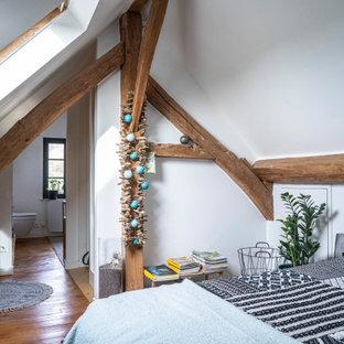 Exemple d'une chambre éclectique avec un mur blanc, un sol en bois brun, un sol marron et un plafond voûté.