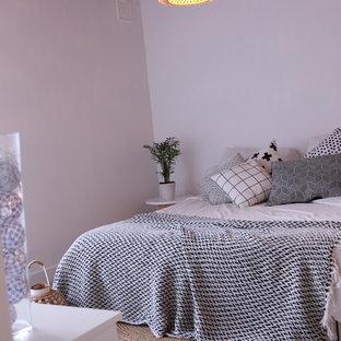 Foto di una camera matrimoniale contemporanea di medie dimensioni con pareti bianche, pavimento in linoleum e pavimento bianco