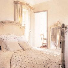 Farmhouse Bedroom by Décoration et provence