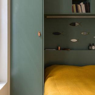 Exemple d'une petit chambre parentale tendance avec un mur vert, béton au sol, aucune cheminée et un sol gris.