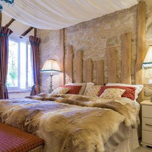 Cette image montre une chambre rustique avec un mur beige.