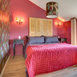 Cette photo montre une chambre méditerranéenne avec un mur rouge, un sol en bois brun et un sol marron.