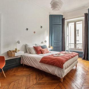 Inspiration pour une chambre traditionnelle avec un mur blanc, un sol en bois brun et aucune cheminée.