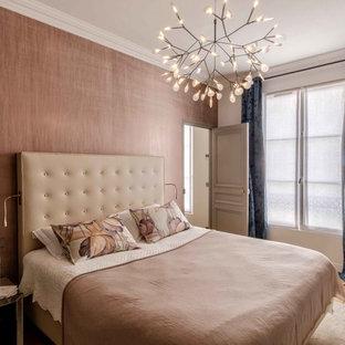 Idées déco pour une chambre parentale contemporaine de taille moyenne avec un sol en bois clair, une cheminée d'angle, un manteau de cheminée en pierre et un mur marron.