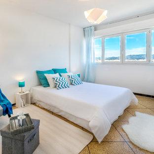 Idées déco pour une chambre parentale bord de mer de taille moyenne avec un mur blanc, un sol en carrelage de céramique et aucune cheminée.