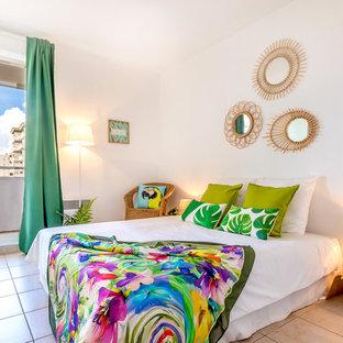 Foto di una camera matrimoniale tropicale di medie dimensioni con pareti bianche e pavimento con piastrelle in ceramica