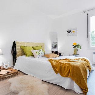 Cette Photo Montre Une Chambre Parentale Scandinave De Taille Moyenne Avec  Un Mur Blanc, Un