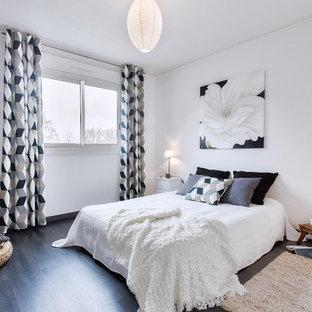 Idée de décoration pour une grand chambre parentale tradition avec un mur blanc et aucune cheminée.