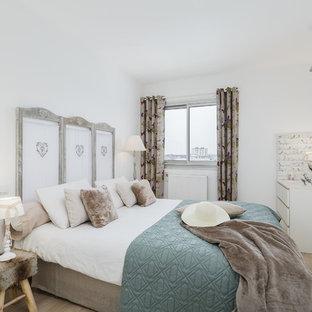Exemple d'une chambre romantique avec un mur blanc, un sol en bois clair et un sol beige.