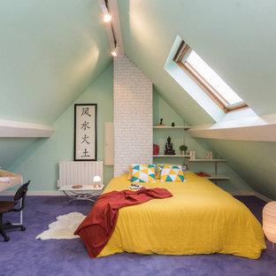 Ejemplo de dormitorio bohemio con paredes verdes, moqueta y suelo violeta