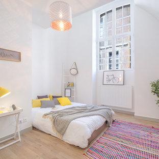 Idées déco pour une chambre parentale scandinave avec un mur blanc, un sol en bois clair et un sol beige.