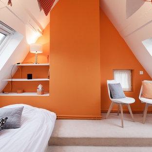Inspiration pour une chambre avec moquette design avec un mur orange et un sol beige.