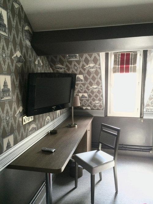 Camera da letto stile loft shabby-chic style con pareti grigie ...