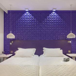 Foto di una camera matrimoniale minimal di medie dimensioni con pareti viola