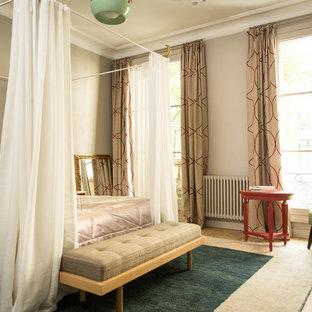 Inspiration pour une chambre traditionnelle avec un mur beige, un sol en bois clair et un sol beige.