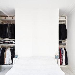 Foto di una camera da letto nordica di medie dimensioni con pavimento in legno verniciato e pareti bianche