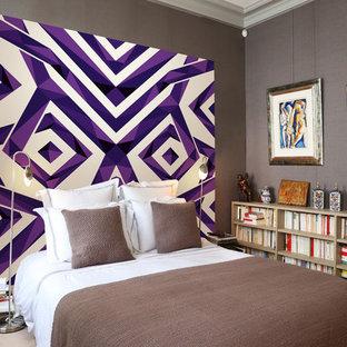 Aménagement d'une chambre contemporaine avec un mur violet.
