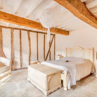 Idée de décoration pour une chambre parentale méditerranéenne avec un mur beige, aucune cheminée et un sol beige.