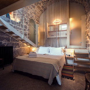 Пример оригинального дизайна: большая хозяйская спальня в стиле рустика с разноцветными стенами и кирпичным полом без камина