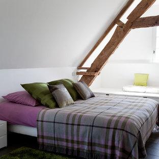 パリの中くらいのカントリー風おしゃれな客用寝室 (白い壁、濃色無垢フローリング)