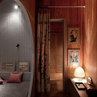 Exemple d'une petit chambre d'amis asiatique avec un mur marron et un sol en bois brun.