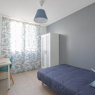 Modelo de dormitorio nórdico, de tamaño medio, con paredes grises, suelo vinílico y suelo beige