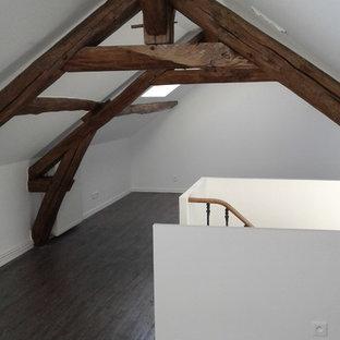 Modelo de habitación de invitados clásica, grande, con paredes blancas, suelo de linóleo y suelo gris