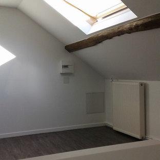 Diseño de habitación de invitados tradicional, grande, con paredes blancas, suelo de linóleo y suelo gris