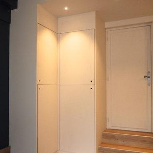 Foto de dormitorio principal, nórdico, de tamaño medio, con paredes azules, suelo vinílico y suelo beige