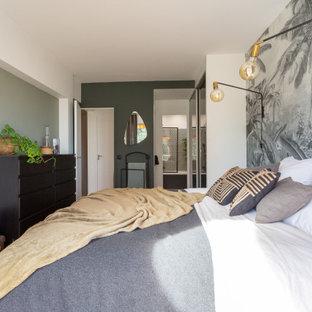 Cette photo montre une petit chambre parentale exotique avec un mur vert, un sol en bois foncé, aucune cheminée et du papier peint.