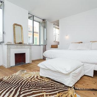 Cette Image Montre Une Grande Chambre Parentale Bohème Avec Un Mur Blanc,  Un Sol En