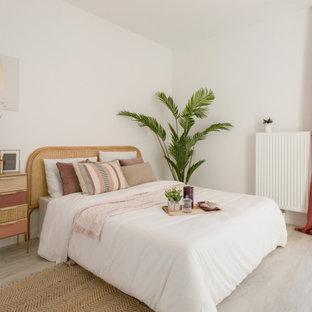 Diseño de dormitorio principal, exótico, de tamaño medio, con paredes blancas, suelo de linóleo y suelo gris