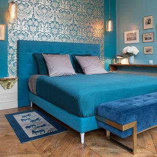 Inspiration pour une chambre parentale traditionnelle de taille moyenne avec un mur bleu, un sol en bois clair et un sol beige.