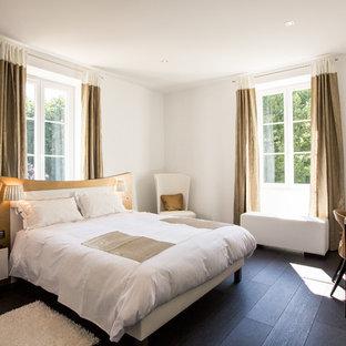 Bedroom - contemporary bedroom idea in Bordeaux