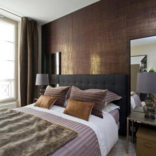 Inspiration pour une chambre avec moquette design avec un mur marron.