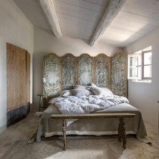 Bild på ett mellanstort lantligt huvudsovrum, med vita väggar och tegelgolv