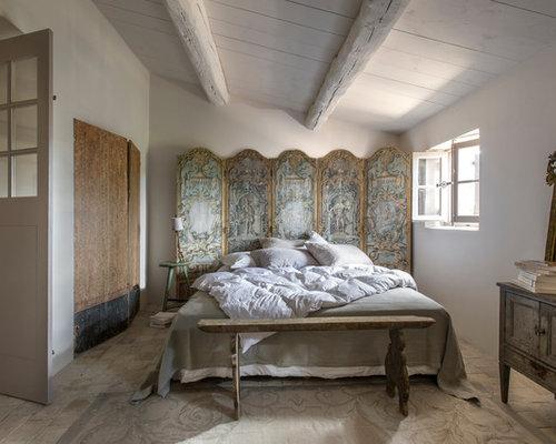 Mittelgroßes Landhaus Hauptschlafzimmer Mit Weißer Wandfarbe Und  Backsteinboden In Nizza