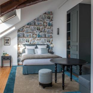 Idées déco pour une chambre classique de taille moyenne avec un mur blanc, un sol marron et un plafond en poutres apparentes.