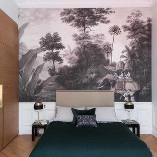 Exemple d'une chambre chic avec un sol en bois clair et un sol beige.