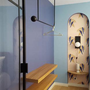 Mittelgroßes Stilmix Hauptschlafzimmer mit blauer Wandfarbe und hellem Holzboden