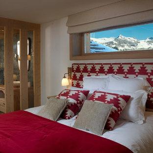 Bild på ett rustikt sovrum, med vita väggar