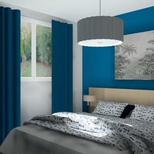 Foto de dormitorio principal, contemporáneo, de tamaño medio, con paredes azules, suelo laminado y suelo beige
