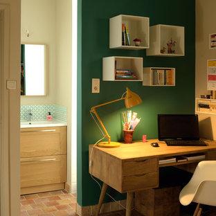 Diseño de dormitorio principal, vintage, de tamaño medio, con paredes verdes y suelo de baldosas de terracota