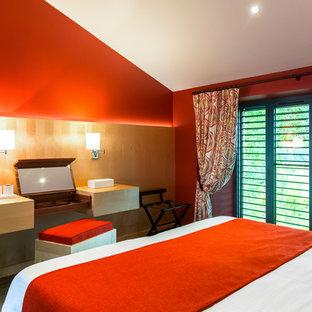 Ispirazione per un'ampia camera matrimoniale contemporanea con pareti rosse, pavimento con piastrelle in ceramica e pavimento grigio