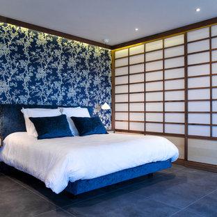 Foto de dormitorio principal, de estilo zen, extra grande, con paredes azules, suelo de baldosas de cerámica y suelo gris