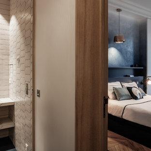 Idée de décoration pour une grande chambre parentale design avec un mur blanc, un sol en bois brun et un sol marron.