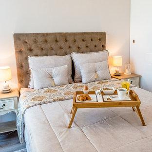 Aménagement d'une chambre parentale classique de taille moyenne avec un mur blanc et un sol en bois brun.