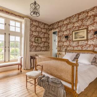 Inspiration pour une grande chambre parentale victorienne avec un mur multicolore et un sol en bois brun.